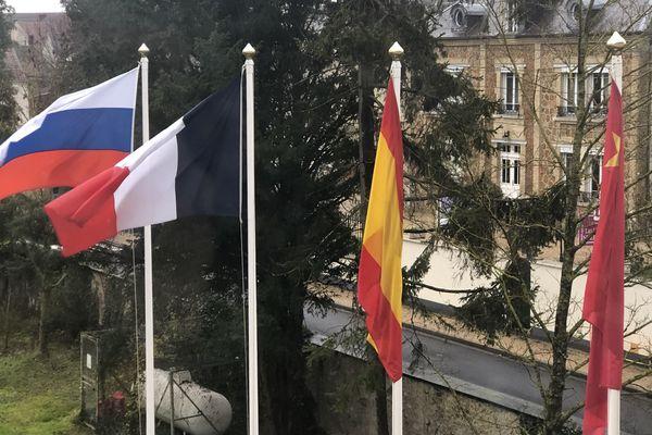 Au château de Troissy, chaque semaine débute par un lever des couleurs. Les élèves hissent les étendards français et européens.