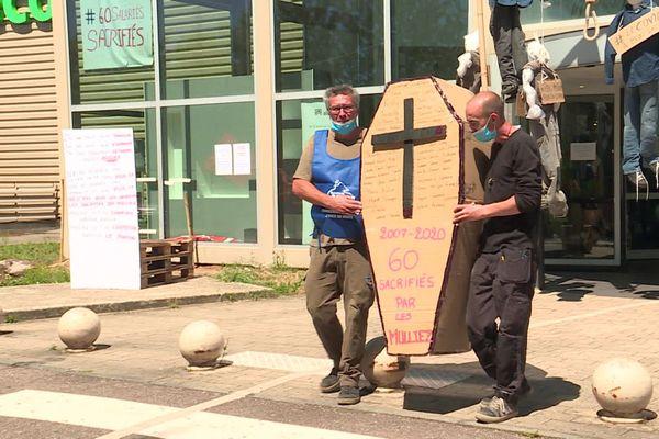 Les salariés de l'enseigne de meubles Alinéa à Barentin font grève contre la fermeture de leur usine.