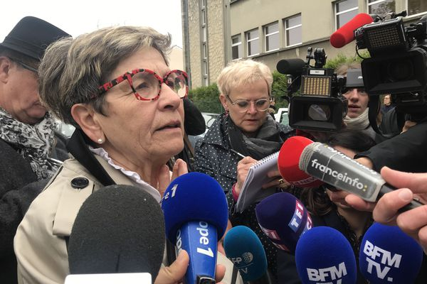 Viviane Lambert, la mère de Vincent Lambert, répond aux journalistes devant l'hôpital de Reims ce lundi 20 mai.