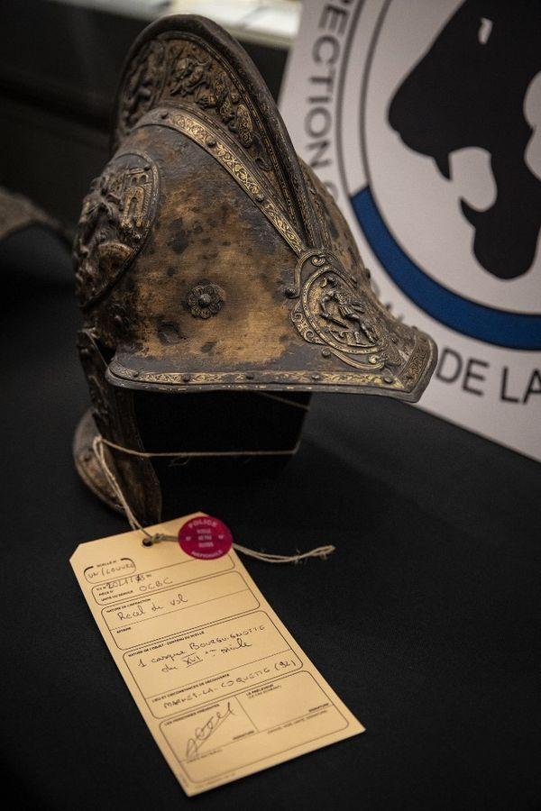 Ce casque datant de la Renaissance avait été donné au Louvre par la famille Rotschild en 1922.