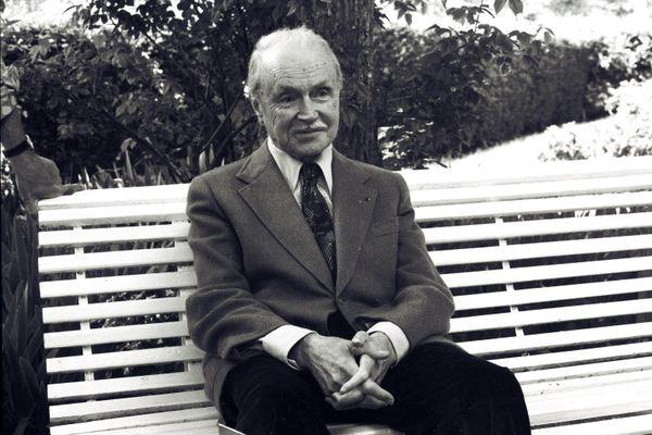 L' écrivain et académicien Maurice Genevoix le 05 juin 1974 dans sa maison des Vernelles à Saint-Denis-de-l'Hôtel dans le Loiret