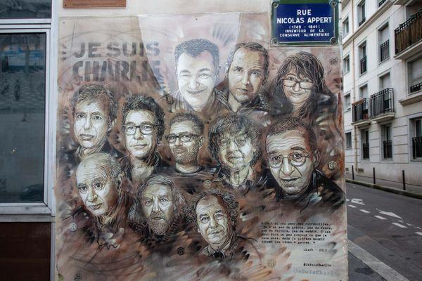 Fresque représentant les caricaturistes de Charlie devant l'ancien bureau du journal satirique Charlie Hebdo.