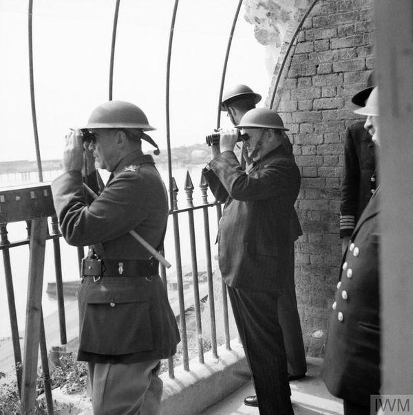 Winston Churchill observant la Manche depuis Douvres, le 28 août 1940.