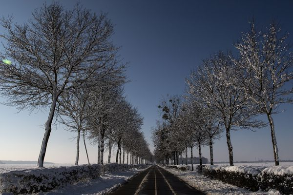 Une route enneigée dans le centre de la France le 8  février 2018
