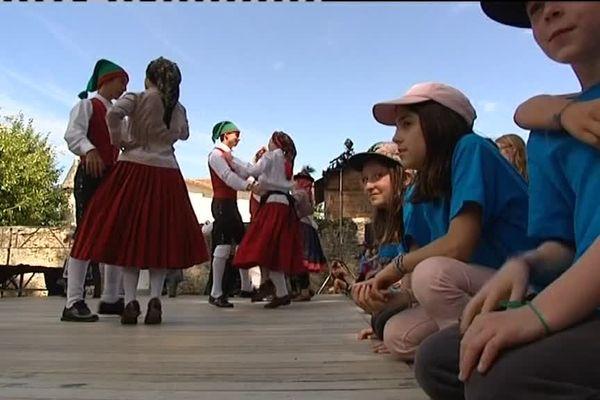 Du 10 au 15 août 2016, le village de Confolens en Charente reçoit son traditionnel festival. Pour cette 59ème édition, 14 pays sont représentés que des jeunes Hauts-Viennois découvrent à travers des cours d'histoire mais aussi des cours de danse.
