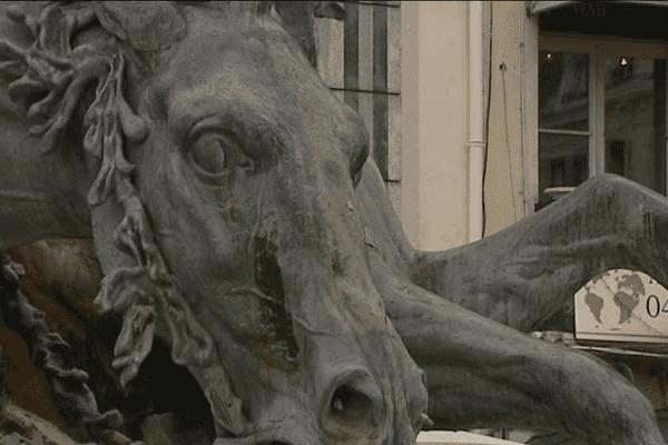 La statue, réalisée grâce à la technique du plomb martelé, est  constituée d'une ossature métallique sur laquelle sont fixées les plaques de plomb préformées. La peau en plomb est ensuite retouchée selon des techniques comme le repoussage et le ciselage de la matière pour obtenir des effets de relief.   Ce procédé a permis d'élaborer la statue en atelier, pièce par pièce (comme la statue de la Liberté), pour ensuite la démonter, la transporter et la remonter à Lyon.