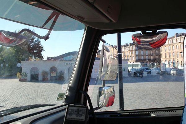 Ce que voit le conducteur au volant d'un camion toupie. Malgré les nombreux miroirs, les bâches rouges ne sont que très partiellement visibles.
