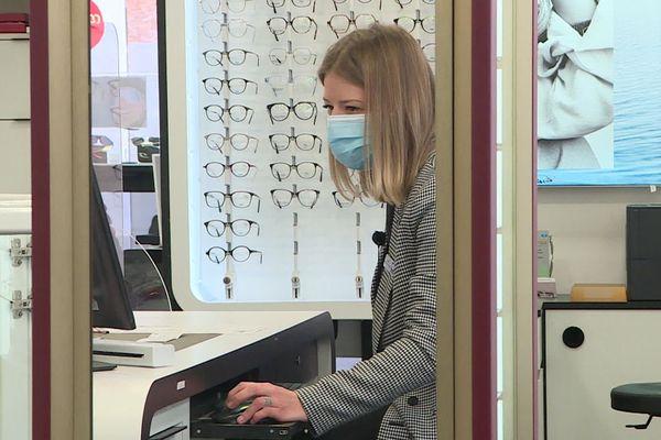 Camille est opticienne et malentendante : malgré son handicap, elle est une salariée comme les autres