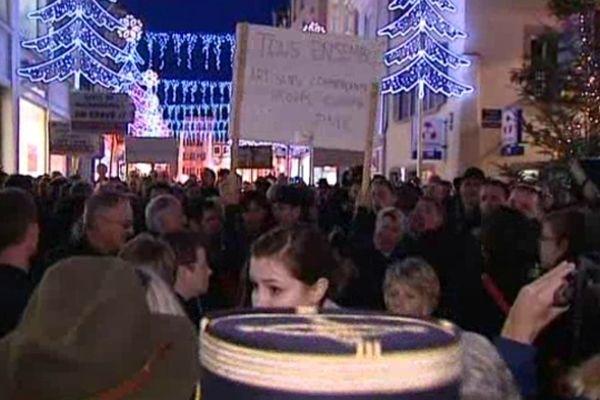 """Un collectif d'entrepreneurs autobaptisé """"Pigeons de Mulhouse"""" manifestent lors de l'inauguration du marché de Noël de Mulhouse"""