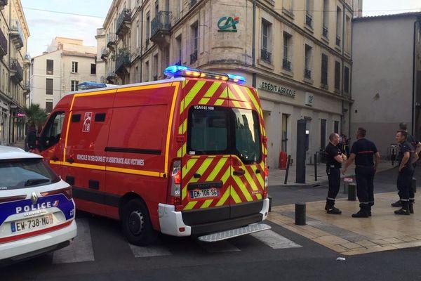 La police nationale est intervenue vers 19h le 5 août 2019 pour mettre fin à une bagarre rue des halles à Nîmes. Un policier est blessé.
