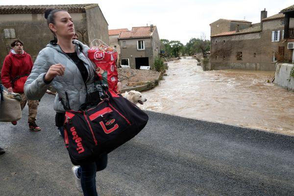 Les habitants emportent avec eux le minimum et fuient leur village.