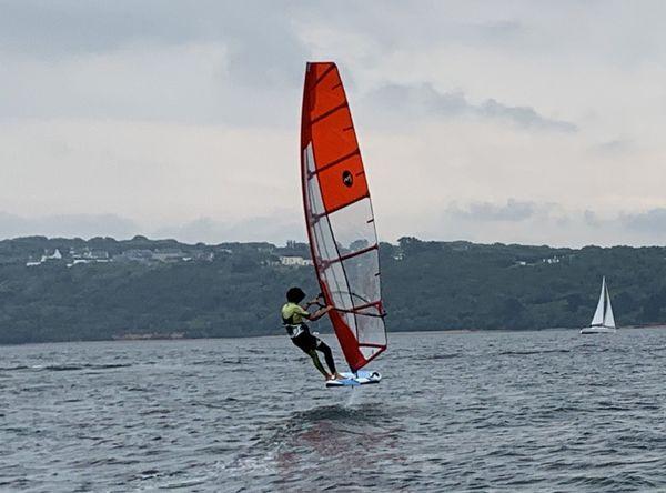 La reprise de l'entraînement est aussi l'occasion de voler sur l'eau pour les véliplanchistes du Pôle France de voile, désormais équipés de foil