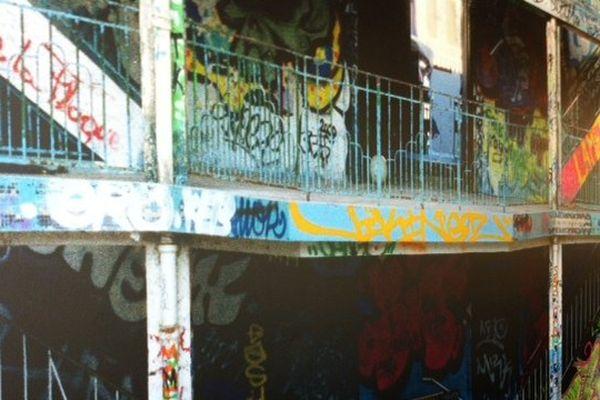 Squattée depuis sa fermeture par des graffeurs, les décorateurs ont conservé leurs travaux immortalisés sur des tableaux s'affichant sur les murs du restaurant.
