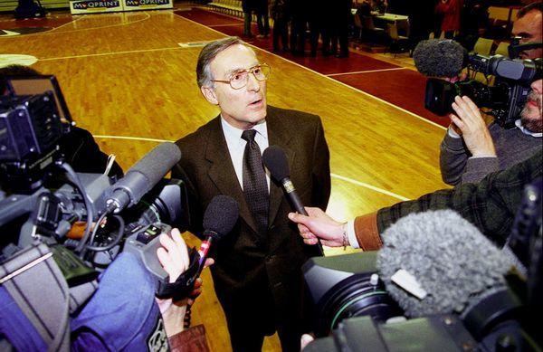 Les conférences de presse s'enchaînaient alors à une vitesse folle. Ici, Jean-Paul de Peretti, alors président du Limoges CSP, le 14 janvier 2000, sur le parquet de Beaublanc.