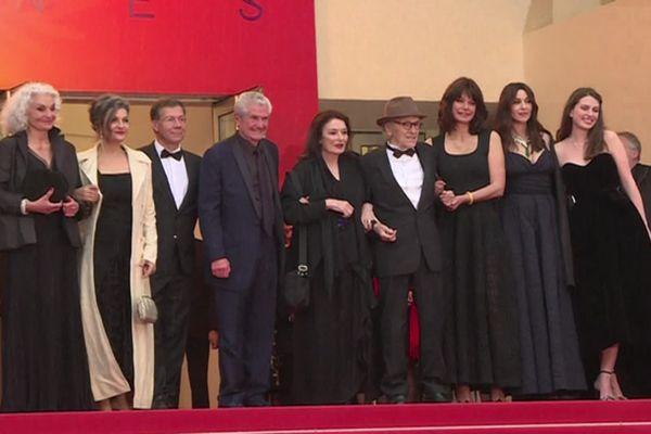 """Claude Lelouch et l'équipe du film """" les plus belles années d'une vie"""" en haut des marches au Festival de Cannes 2019"""