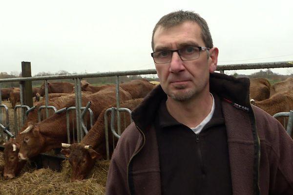Stéphane Raymond est éleveur sur la commune de Saint-Ciers-sur-Gironde. En décembre 1999, la tempête Martin a tué 30 de ses vaches et détruit ses hangars de travail. Il a du repartir de zéro.