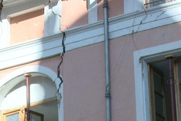 Les bâtiments s'affaissent les uns après les autres...