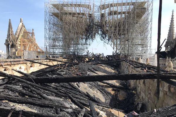 L'ancien échafaudage entourant notamment la flèche a complètement été soudé et met en danger la cathédrale Notre-Dame.