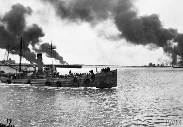 Un chalutier, rempli de soldats, s'échappe du port de Dunkerque en juin 1940.