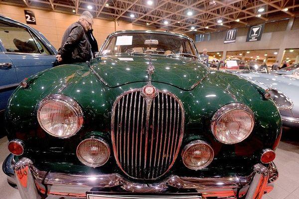 La Jaguar MK II, l'un des modèles mythiques de Coventry, servait au couple Pierre Bergé et Yves Saint-Laurent notamment pour ses déplacements personnels à Deauville. Elle a été vendue aux enchères dimanche 11 novembre par la maison Osenat dans le cadre du 40e salon Epoqu'Auto.