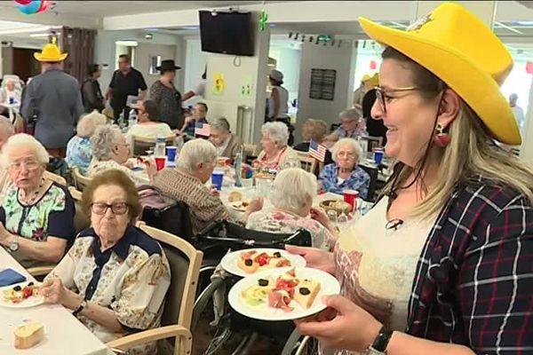 En mangeant avec les doigts, certains pensionnaires de l'EHPAD La Grande terre reprennent goût à l'alimentation.