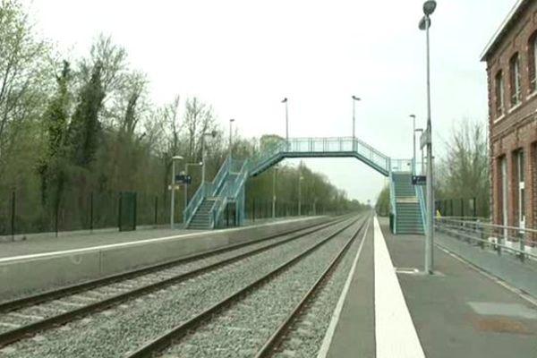 Cette passerelle est le seul moyen d'aller prendre le train en direction de Tergnier en gare de La Fère dans l'Aisne.
