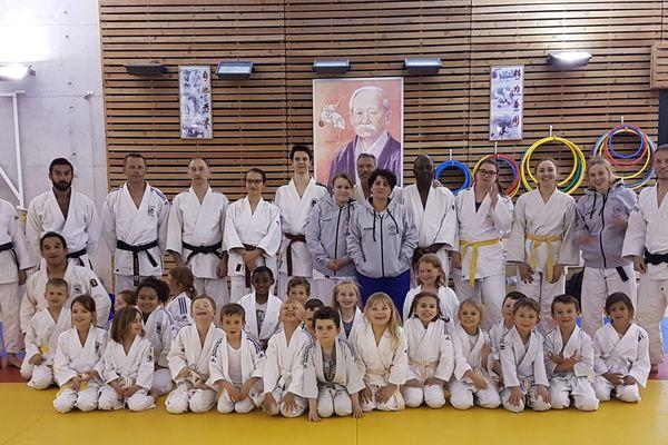 Amélie Gosse et les membres du judo club de Longueau