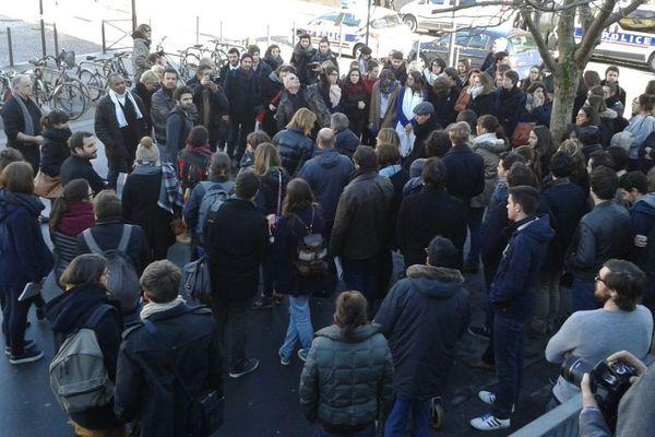 Plusieurs centaines de personnes, étudiants en journalisme, journalistes, direction de l'école, se sont réunies devant l'Institut du Journalisme de Bordeaux Aquitaine (IJBA)