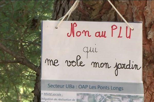 Des habitants de Roquemaure dans le Gard s'insurgent contre le futur PLU. Photo Josette Sanna