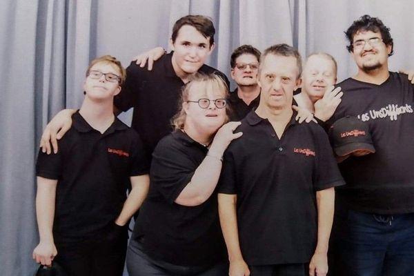 Une partie du groupe de musique les Unsdifférents, composé d'artistes en situation de handicap mental a reçu le 31 décembre dernier une lettre écrite de la main de Jean-Jacques Goldman pour les féliciter de leur travail.
