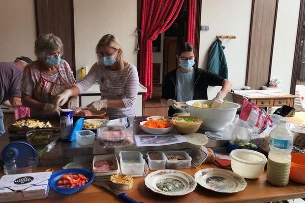 En cuisine on s'active pour préparer des plats comme le pâté en croûte, du waedele ou encore du jambon au riesling.