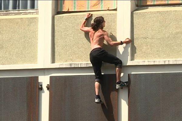 """La troupe de la Fabrique Royale s'entraîne à escalader les immeubles du quartier des Prés Saint-Jean pour son spectacle """"Zéro Degré"""" présenté au festival Chalon dans la rue."""