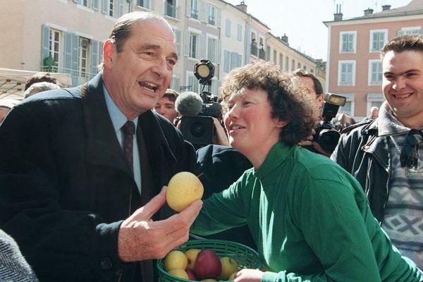 Jacques Chirac alors candidat RPR à la présidentielle de 1991, qui achète une pomme sur le marché à Gap.