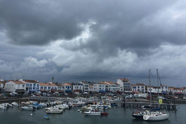 Orage menaçant au desssus de Port Joinville, ile d'Yeu.