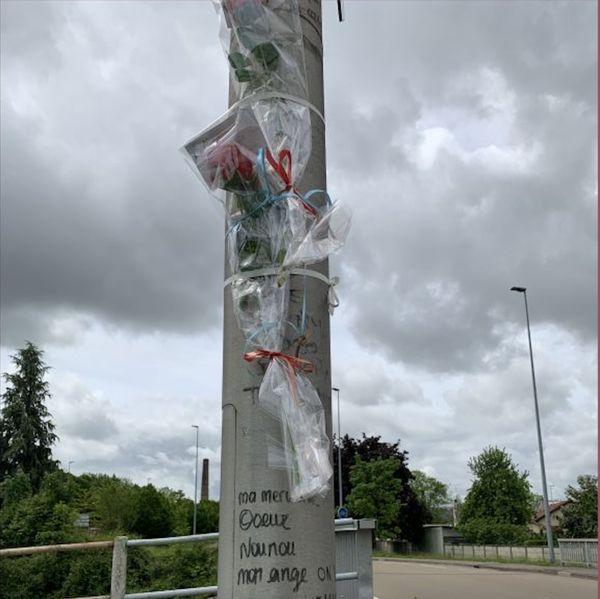 En ce jour de procès, des proches victimes ont déposé des fleurs devant le lieu du drame, en mémoire des trois jeunes disparus.