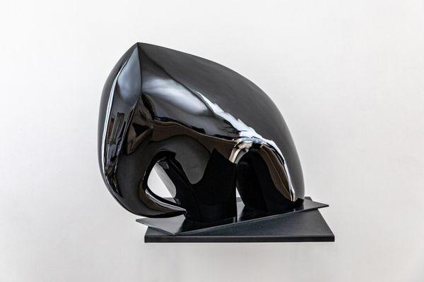 Lot n°99 : NOEL.K. Sans défense, bronze laqué noir, signé et numéroté 1/8, fondeur Deroyaume. Dimensions : 45x61x22.5cm. Avec certificat d'authenticité signé par l'artiste. Mise à prix : 5 500 euros.