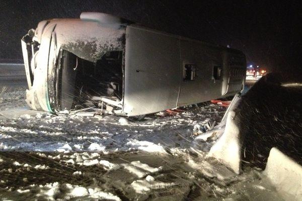 Après l'évacuation des passagers par les secours, l'autocar encore couché à contresens sur l'autoroute A31