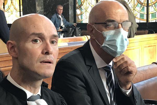 Le maire (DVD) de Sanary-sur-Mer  Ferdinand Bernhard (à droite) et son avocat lors de son procès.