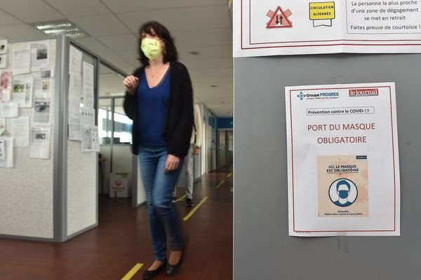 Le port du masque est obligatoire pour tous les déplacements à l'intérieur des locaux de l'entreprise, dans les couloirs comme les escaliers ou les ascenseurs.