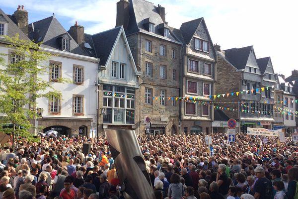 La foule rassemblée place de la mairie à Lannion
