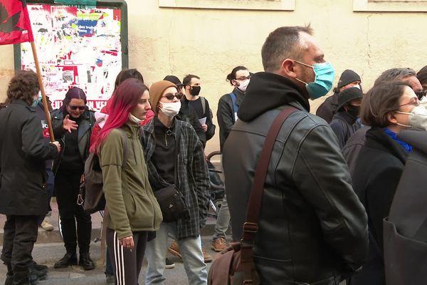 Le rassemblement a eu lieu devant les locaux où se sont déroulés les faits violents