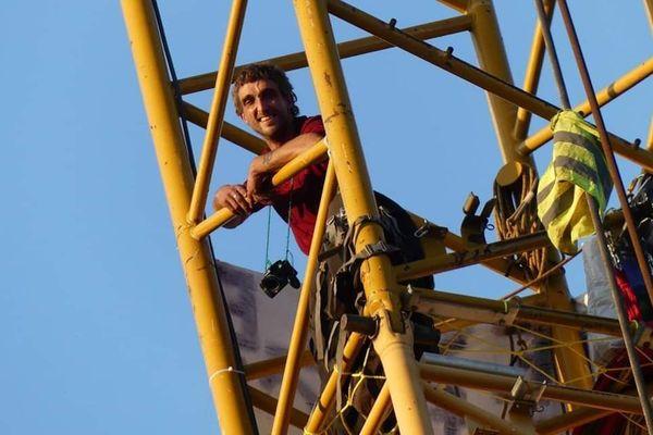 Enchaîné au sommet d'une des grues du chantier de contournement de Beynac...
