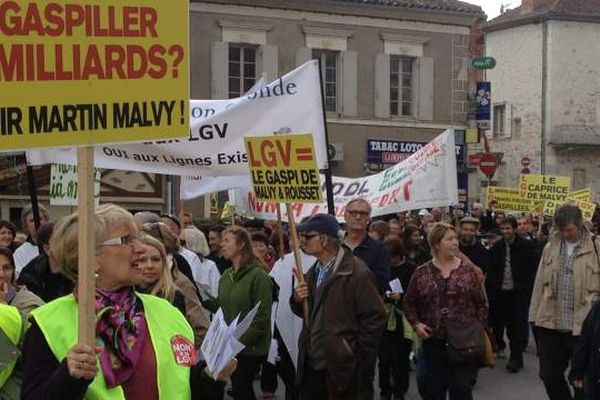 Les manifestants demandent l'abandon du projet.