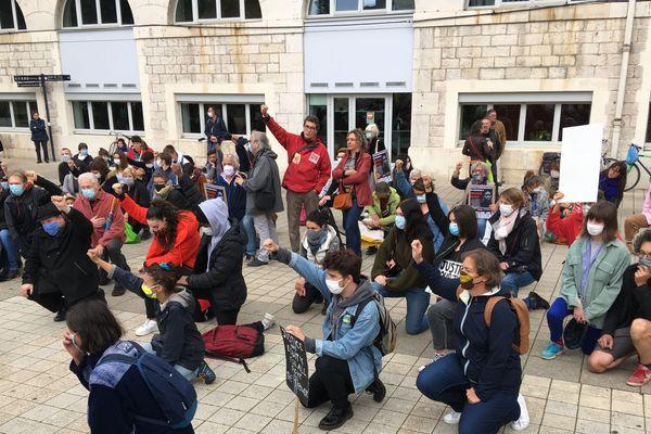 La foule s'est rassemblée sur l'esplanade des droits de l'homme à Besançon.