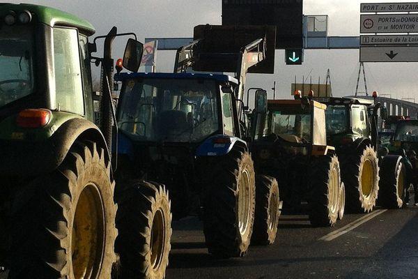 Les tracteurs des opposants à Notre-Dame-des-Landes ont bloqué le pont de Saint-Nazaire ce mardi 12 janvier 2016