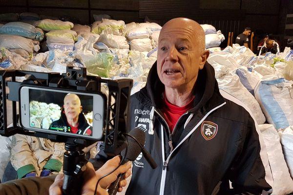 Interview de Richard Hill par Richard Plumet dans l'entrepôt de Bouchons 276