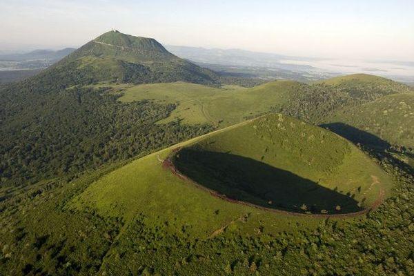 De très nombreux sentiers de petites et grandes randonnées permettent de parcourir les quatre départements de l'Auvergne en balade.