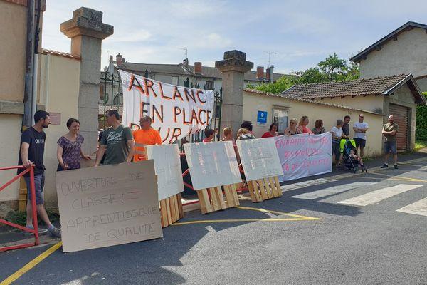 Des parents d'élèves manifestent pour l'ouverture d'une classe supplémentaire, lundi 24 juin, devant l'école d'Arlanc dans le Puy-de-Dôme.