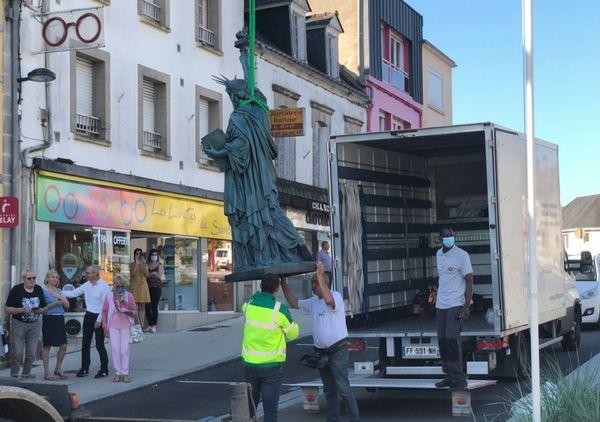 Grutage de la nouvelle statue de la Liberté à Gourin