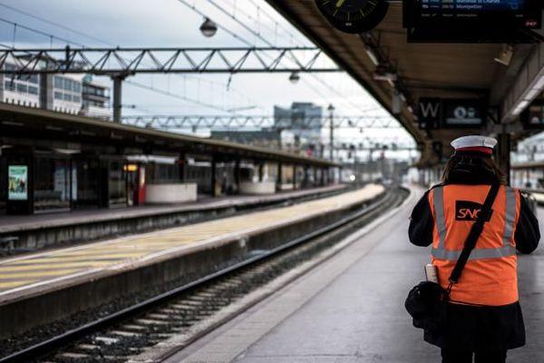 Un employé de la SNCF à la gare de Lyon Part-Dieu, durant la première journée de grève des cheminots, le 2 avril 2018